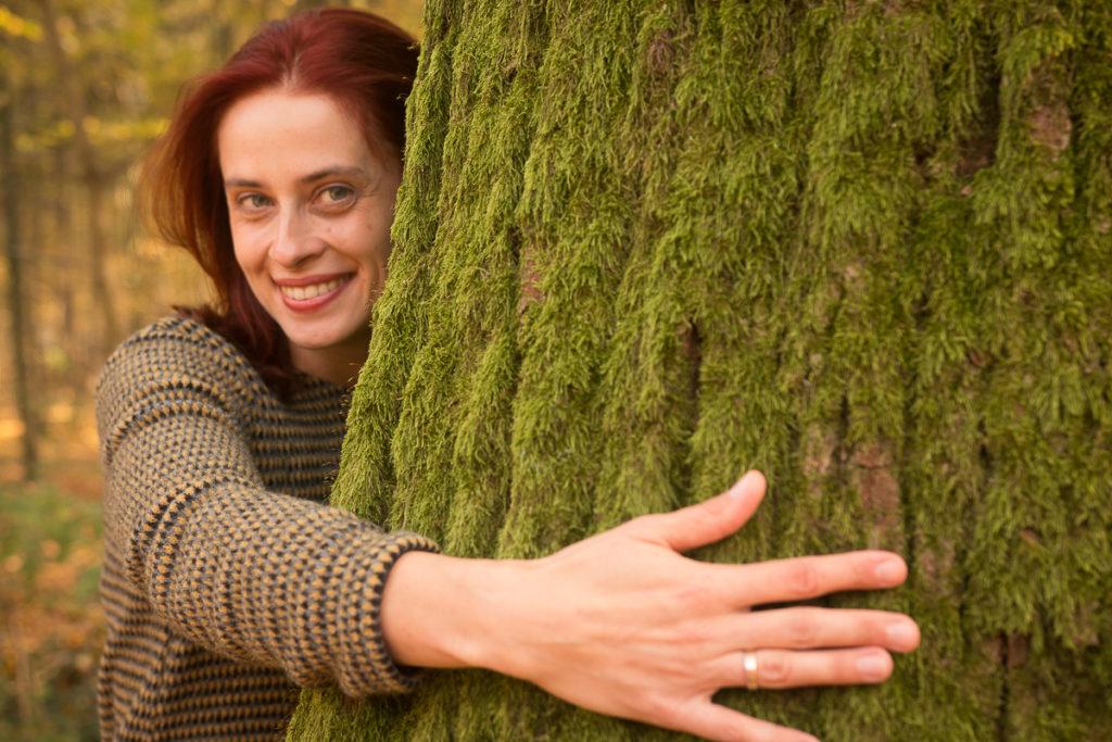 Zdjęcie mnie obejmującej drzewo